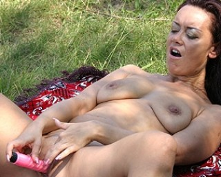Outside fucking MILF gets her groove on